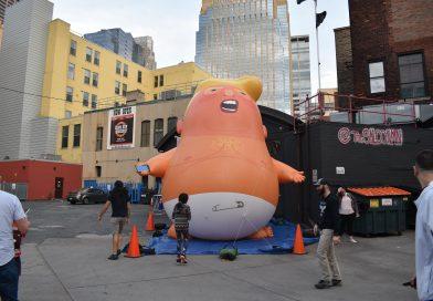 The Saloon infla el globo gigante 'Baby Trump' antes de la visita de Donald Trump a Minneapolis