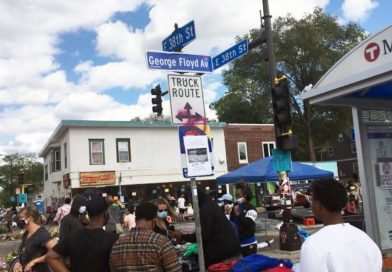 No oficial 'George Floyd Ave.' letrero a sido instalado en la 38th y Chicago Ave en Minneapolis.
