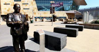 Los Twins de Minnesota quitan estatua del ex propietario Calvin Griffith en Target Field por comentarios racistas.