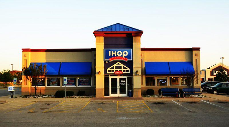 9 arrestados luego de agredir a un empleado de IHOP en Bloomington, no querían pagar la cuenta..