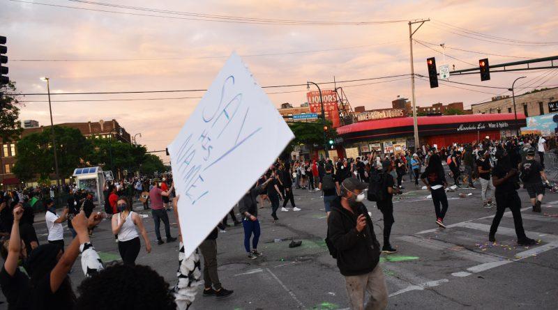 Manifestantes demandan a la Ciudad de Minneapolis por el uso de gas pimienta y gas lacrimógeno durante las protestas después de la muerte de Floyd