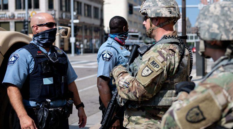 El gobernador Walz activa la guardia nacional de Minnesota para ayudar a mantener la paz en las Ciudades Gemelas.
