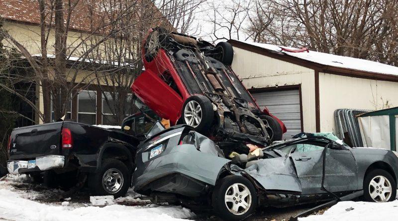 El conductor huye del  accidente y deja daños significativos.